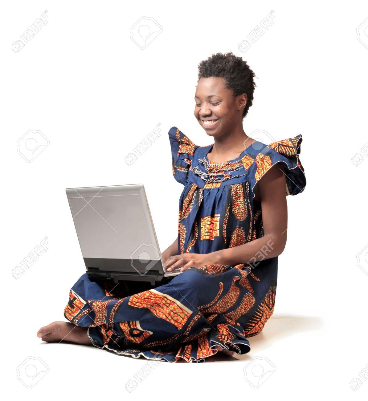12199689-Sourire-femme-africaine-en-costume-traditionnel-l-aide-d-un-ordinateur-portable-Banque-d'images